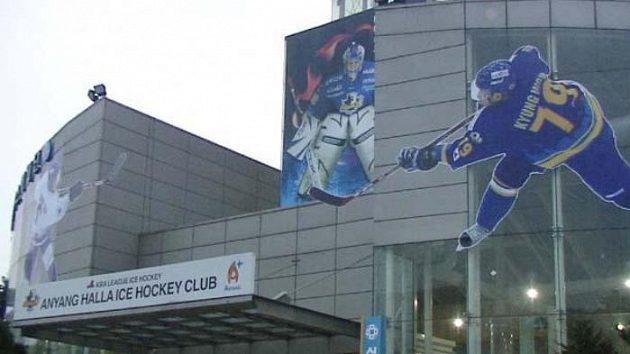 Do haly na předměstí Soulu se vejdou dvě tisícovky diváků.