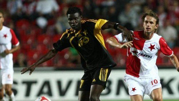 Marek Jarolím ze Slavie (vpravo) bojuje o míč s Rouambou ze Šeriffu Tiraspol.