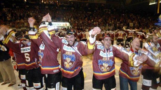 Hokejisté pražské Sparty se radují z titulu.
