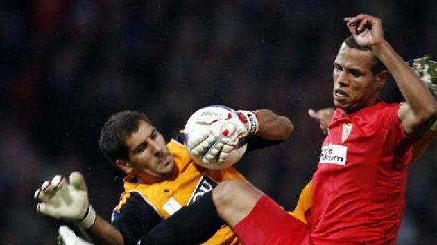 Luis Fabiano (vpravo) v dresu Sevilly fauluje gólmana Espaňolu Iraizoze.