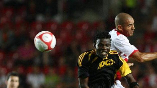 Hocine Ragued ze Slavie (vpravo) bojuje o míč s Rouambou ze Šeriffu Tiraspol.