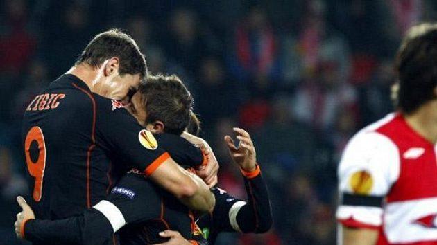 Hráči Valencie slaví branku v síti Slavie. Vpravo smutný obránce Matej Krajčík