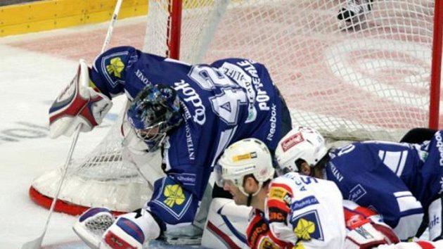 Hokejista Slavia Hruška před brankářem Plzně Pöpperlem.