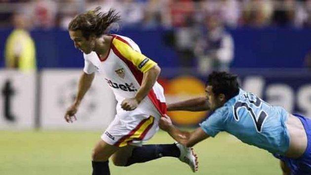 Hráč rumunské Urziceny Vasile Maftei se snaží nefotbalově zastavit Diego Capela ze Sevilly