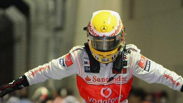 Lewis Hamilton oslavuje triumf ve Velké ceně Singapuru.