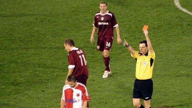 Slávista David Hubáček odchází z hřiště poté, co dostal červenou kartu.