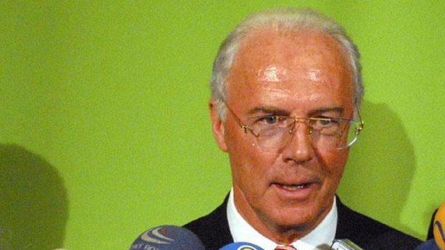 Franz Beckenbauer odpovídá na dotazy novinářů.