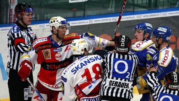 Strkanice v utkání hokejové extraligy mezi Slavií a Zlínem