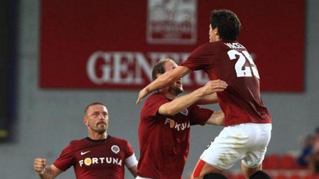 Kamil Vacek (vpravo) projevuje svou radost z gólu proti Panathinaikosu