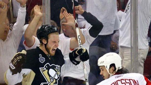Hokejista Pittsburghu Jordan Staal oslavuje gól v šestém finále NHL.