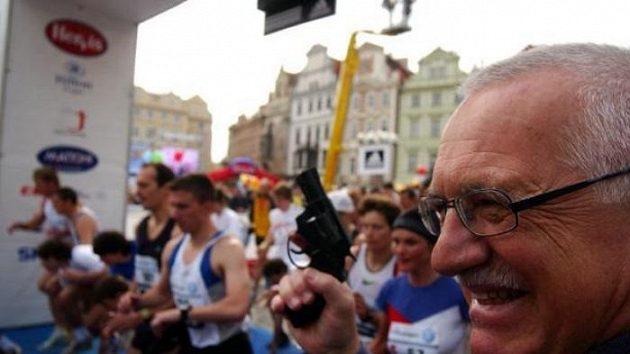 Prezident ČR Václav Klaus startuje Pražský mezinárodní maratón.