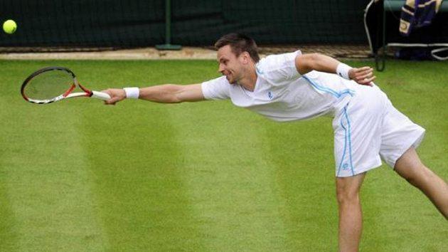 Tenista Robin Soderling ze Švédska vrací úder Gillesu Mullerovi v prvním kole Wimbledonu.