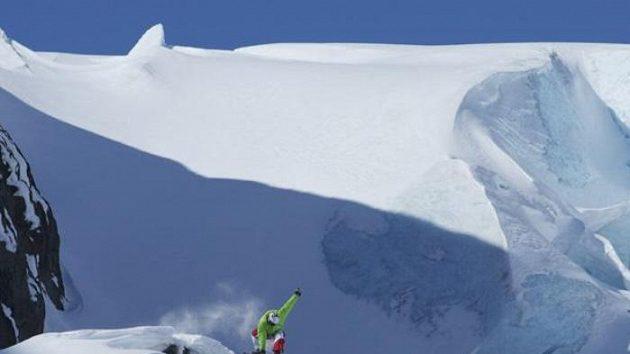 Efektní skok Michala Novotného na jednom ze strmých svahů hor na Aljašce.