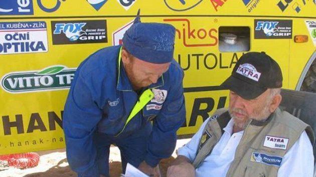 Karel Loprais (vpravo) a mechanik Petr Gilar.