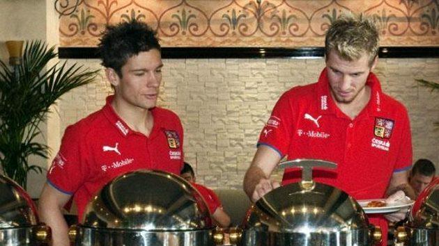 Čeští fotbalisté Martin Fillo a Jan Blažek na obědě v Al Ajnu