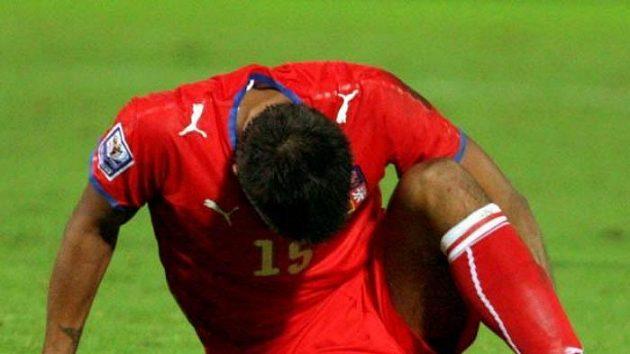 Milan Baroš po zákroku jednoho ze slovenských fotbalistů