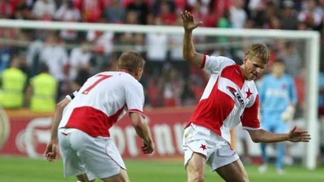 Slávisté Stanislav Vlček (vlevo) a Petr Janda (vpravo) připravují o míč Rodrigueze z Tiraspolu.
