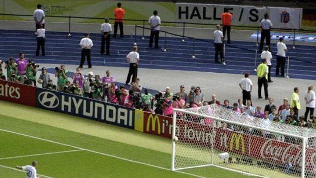 Francouz David Trezeguet trefuje břevno během penaltového rozstřelu ve finále MS.