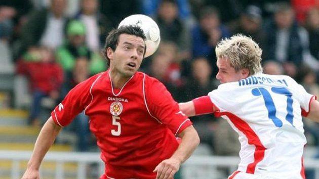 Tomáš Hübschman (vpravo) bojuje o míč s Johnem Hutchinsonem z Malty.