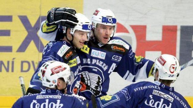 Hokejisté Plzně oslavují gól v utkání na Slavii.