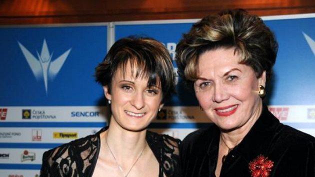Martina Sáblíková s bývalou krasobruslařkou Ájou Vrzáňovou v roce 2009