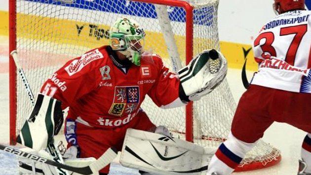 Brankář Lukáš Mensator chytá šanci ruského hokejisty Perežogina.