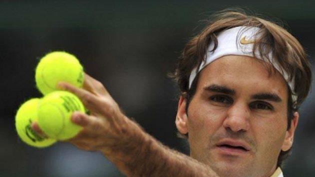 Roger Federer při váhání, které míčky použít na servis