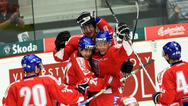 Čeští hokejisté oslavují gól Jiřího Hudlera (druhý zleva) proti Rusku.