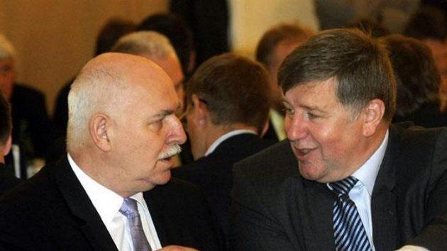 Zleva odstupující předseda Českomoravského fotbalového svazu (ČMFS) Pavel Mokrý a místopředseda svazu Jaroslav Vacek na volební valné hromadě ČMFS