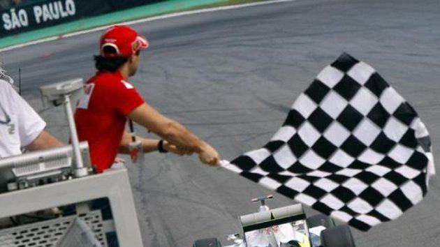 Felipe Massa z týmu Ferrari mává vlajkou při průjezdu Jensona Buttona ze stáje Brawn GP při Velké ceně Brazílie