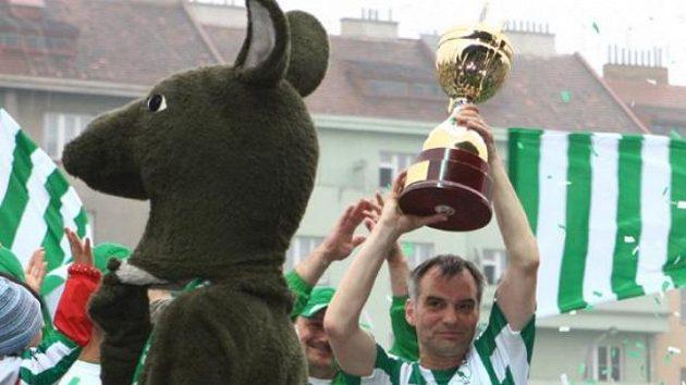 Herec Ivan Trojan v dresu Bohemians 1905 a pohárem pro vítěze druhé ligy.