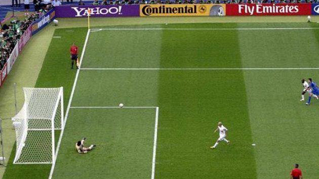 Francouz Zinédine Zidane proměňuje penaltu ve finále MS proti Itálii.