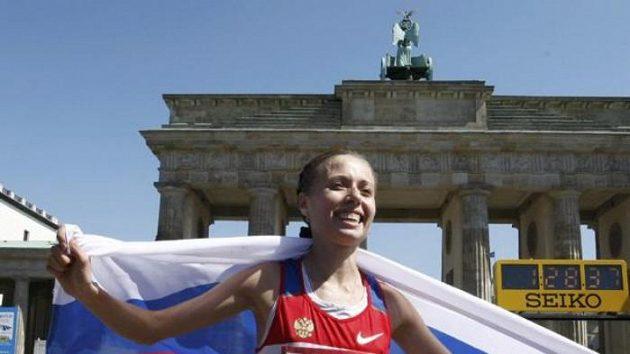 Ruská chodkyně Olga Kaniskinová se raduje z vítězství