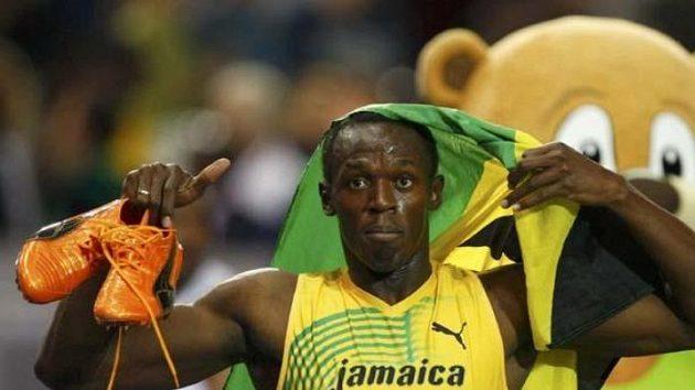 Jamajčan Usain Bolt oslavuje na MS v Berlíně triumf ve štafetě na 4x100 metrů.