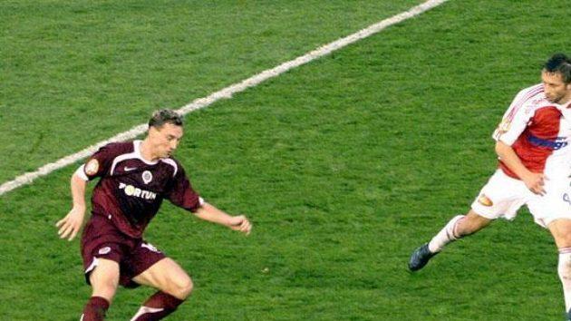 Jan Šimák si kryje míč před hráčem Slavie.