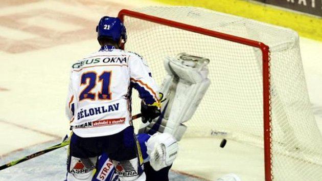 Kladenský hokejista Radek Bělohlav přihlíží gólu v síti Brna.