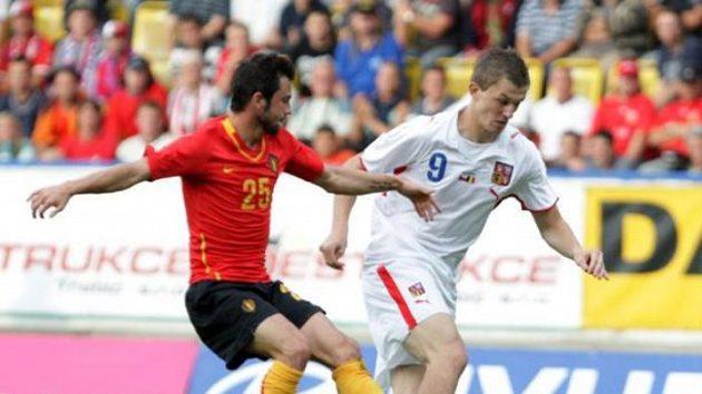 Český reprezentant Tomáš Necid (vpravo) se snaží přejít přes Belgičana Defoura.
