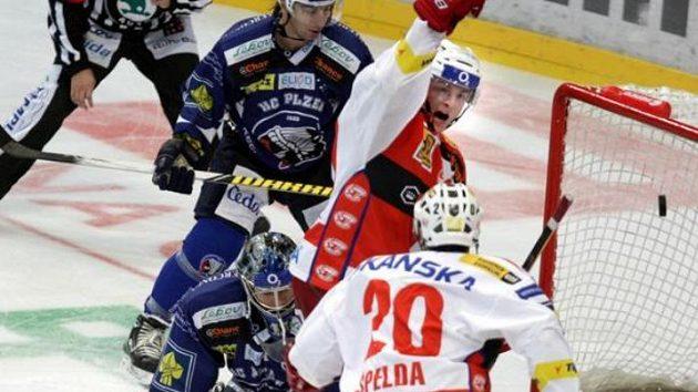 Hokejisté Slavie oslavují gól Špeldy.