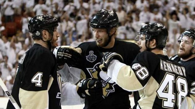 Hokejisté Pittsburghu oslavují gól Jordana Staala (druhý zleva) v šestém finále NHL.