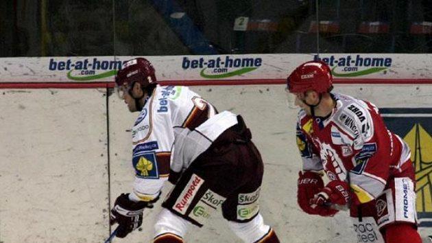 Hokejista Třince Jan Peterek během utkání na Spartě