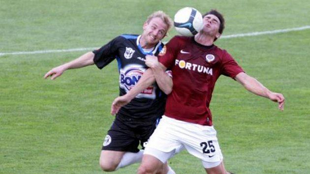 Sparťanský fotbalista Vacek v souboji s kladenským Szaboem