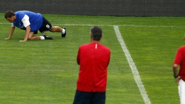 Trenéři Sparty sledují hráče na tréninku před odvetným duelem play-off Evropské ligy s Mariborem.