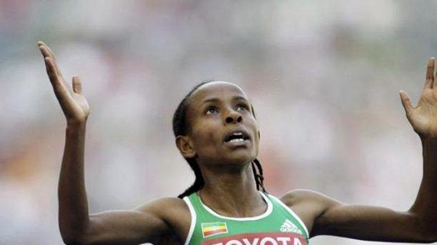 Etiopská běžkyně Meseret Defarová v cíli rozběhu na 5000 metrů