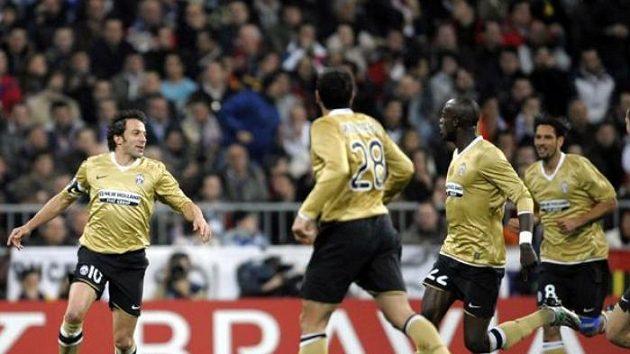 Fotbalisté Juventusu oslavují gól Alessandra Del Piera (vlevo) v utkání na hřišti Realu Madrid.