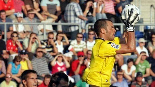 Fotbalista Milan Baroš přihlíží zákroku brankáře San Marina Simonciniho