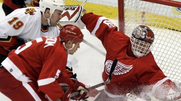 Dominik Hašek patřil k velkým oporám Detroitu v cestě za Stanley Cupem.