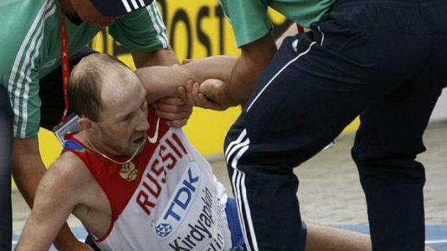 Vyčerpaný ruský chodec Sergej Kirďapkin v cíli závodu na 50 kilometrů.