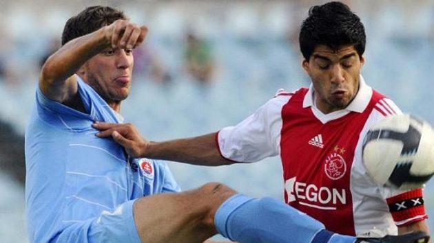 Fotbalista Kornel Saláta ze Slovanu (vlevo) a Luis Suárez z Ajaxu v utkání play-off Evropské ligy