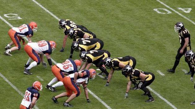 Finále české ligy amerického fotbalu mezi Prague Panthers (v černém) a Prague Lions (v bílém)