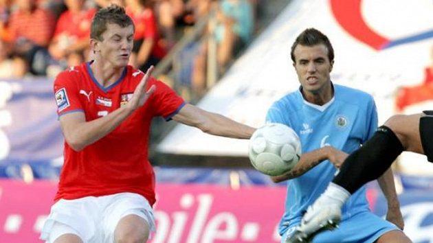 Fotbalista Tomáš Necid v souboji se Vitaiolim ze San Marina